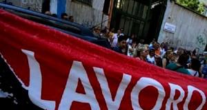 La protesta dei disoccupati napoletani che hanno occupato gli uffici del Ministero del Lavoro, Napoli, 22 luglio 2013. ANSA / CIRO FUSCO