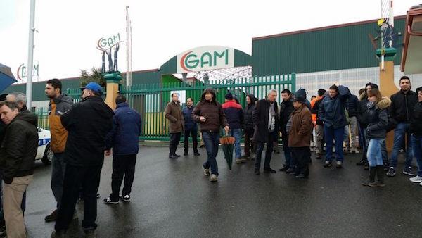 """Presidio lavoratori davanti ai cancelli della """"Gam Oli"""" a Rombiolo"""